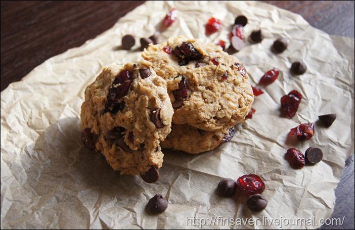 Овсяное печенье с шоколадными каплями и клюквой.